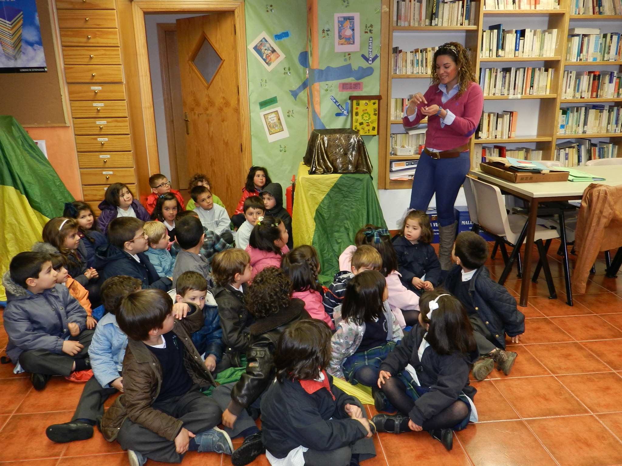 La biblioteca municipal recibe la visita de los niños del municipio