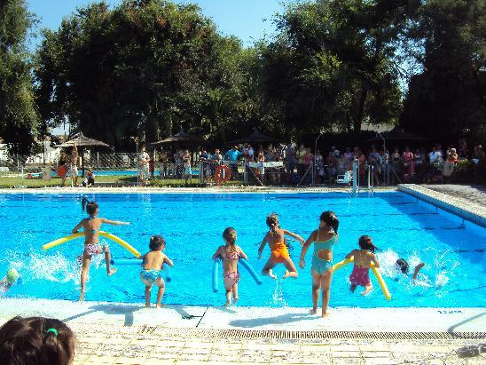 Los juegos en la piscina municipal podr n punto y final a for Piscina municipal
