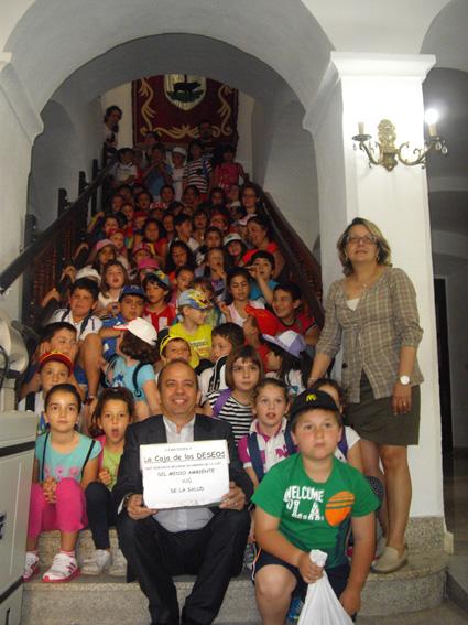70 niños entregan al alcalde, la caja de los deseos